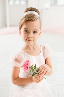 バレエのクラスで白いチュチュの小さなバレリーナ