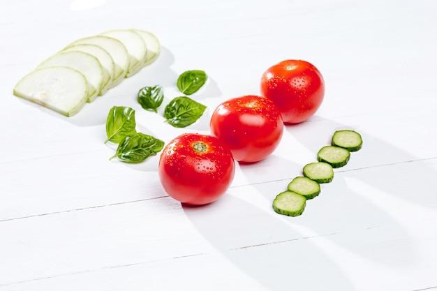 Свежие помидоры и ломтики огурца
