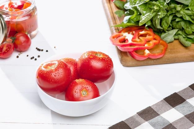 缶詰のトマトとフレッシュトマト