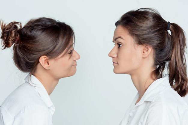 女性の双子のスタジオポートレート