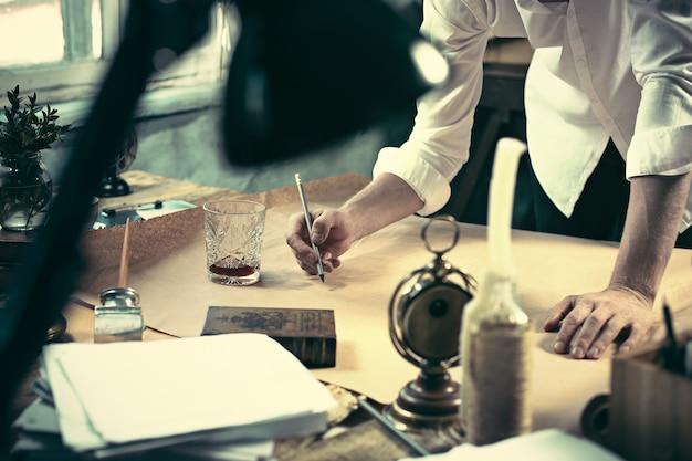 オフィスの図面テーブルに取り組んでいる建築家