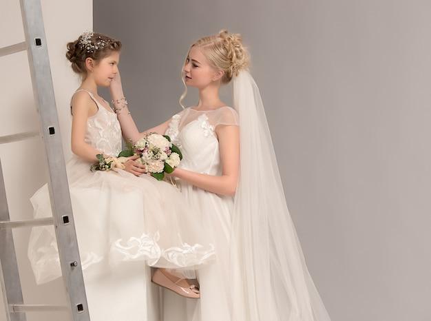 白いドレスと彼女の結婚式の日に母と娘