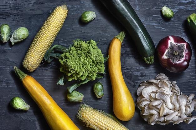 木製のテーブルに有機野菜。上面図