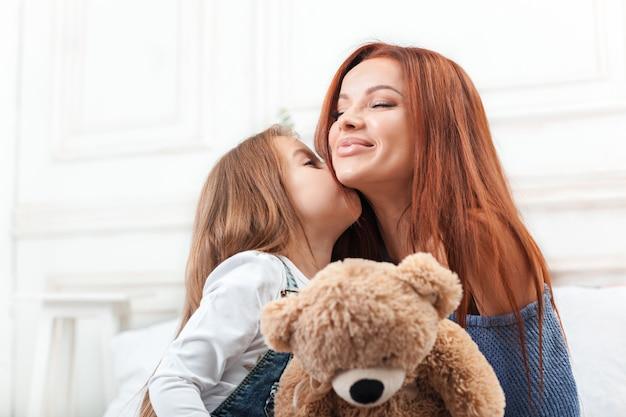 楽しんで、遊んで、母親とおもちゃで作成するかわいい女の子