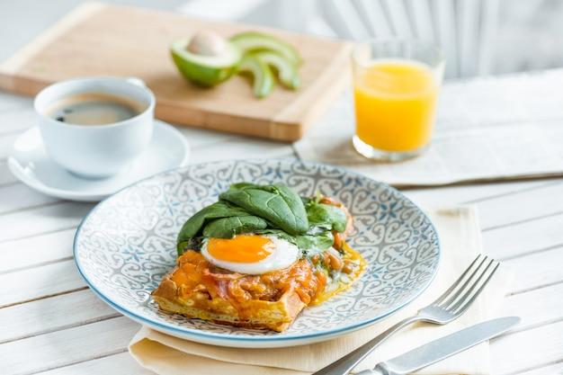 Яичница-болтунья на мясе с жареным картофелем и тостами