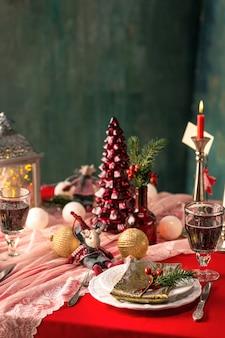 装飾の美しいクリスマステーブルの設定