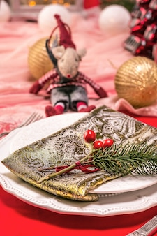 Красивая рождественская сервировка с украшениями