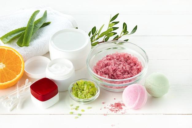 塩、ミント、ローション、タオルでスパのコンセプト