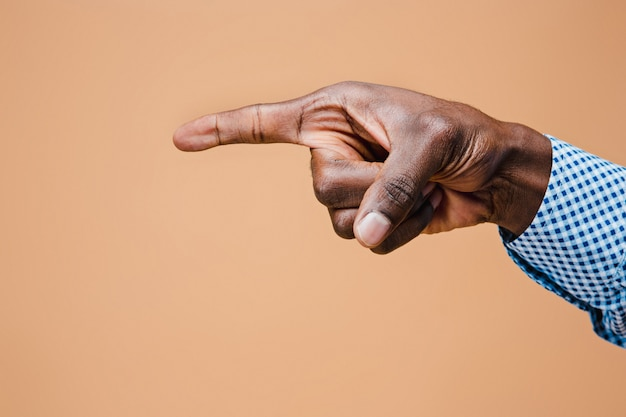 黒人男性の手ポイント指。手のジェスチャー-仮想オブジェクトを指している男