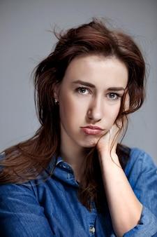 Портрет красивой грустной девушки крупным планом