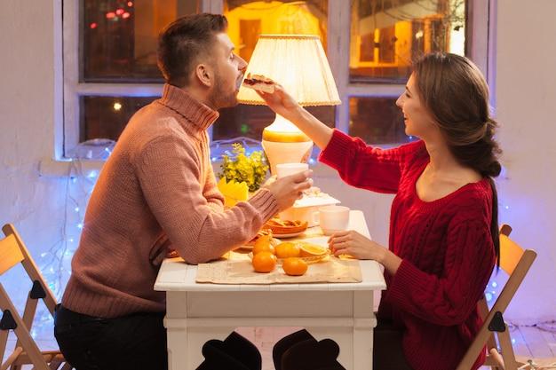 Портрет романтичной пары на ужине ко дню святого валентина