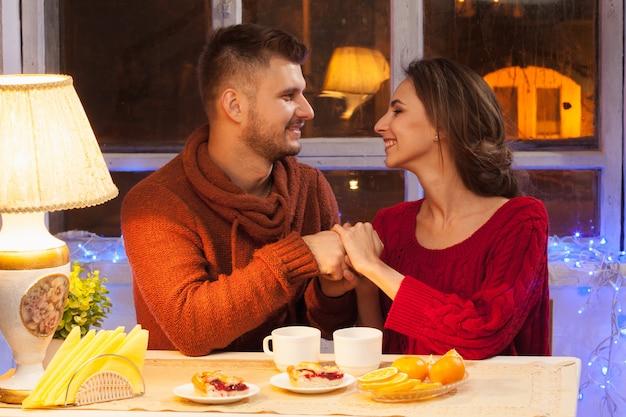 お茶を一杯と幸せな若いカップル