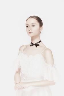 ロマンチックなスタイルのドレスでポーズをとるバレリーナ
