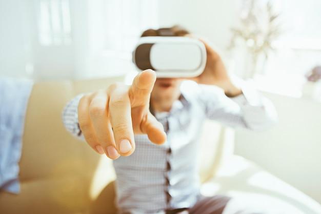 仮想現実の眼鏡の男
