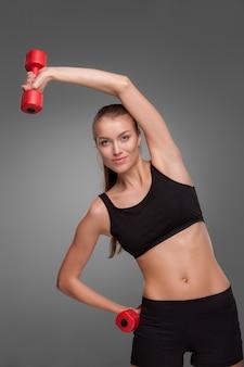 Спортивная женщина делает аэробные упражнения