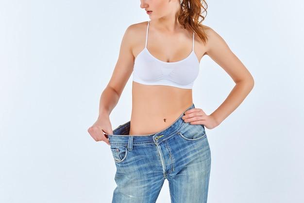 Женщина стала худой и носить старые джинсы