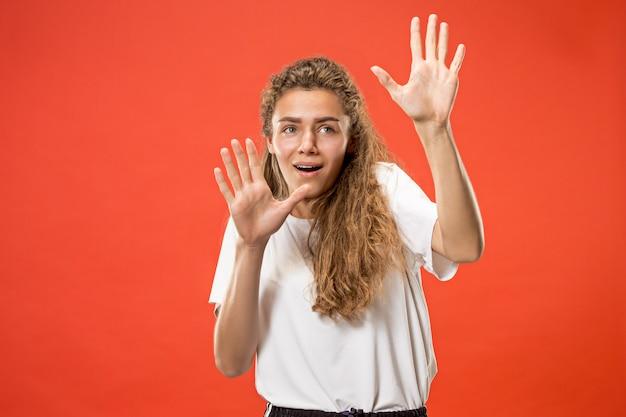 Портрет испуганной женщины на красном
