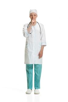 Женщина-врач просит молчания. концепция здоровья