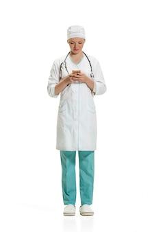 Женский доктор с смартфон. концепция здоровья