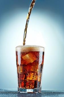 コーラをグラスに注ぐ