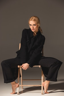 Женщина белокурого стула красотки