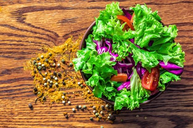 木製のテーブルに新鮮なサラダ