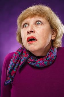 Испуганная старшая женщина