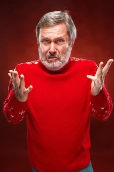 Выразительный портрет человека с надутыми руками