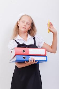 Школьница с папками