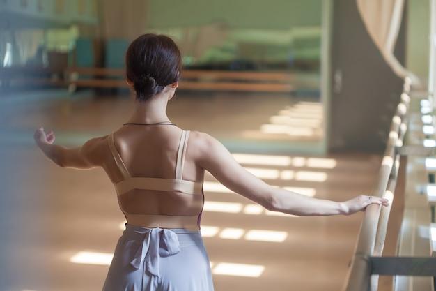リハーサルルームでバレでポーズクラシックバレエダンサー