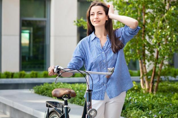 道路上の自転車で美しい少女