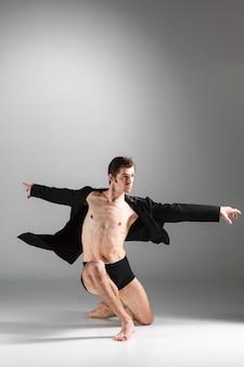 若い魅力的なモダンバレエダンサー