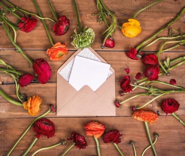 木製のテーブルに赤い花のラナンキュラスの花束