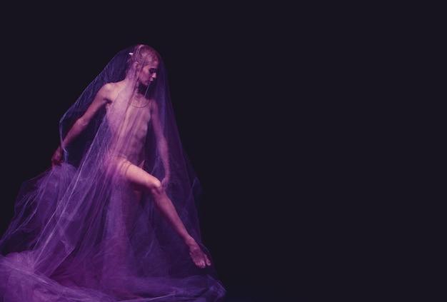 アートとしての写真-ベールを通して美しいバレリーナの官能的で感情的なダンス