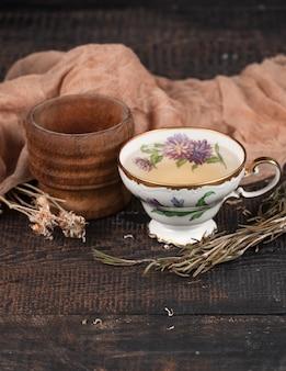 テーブルの上のレモンとドライフラワーとお茶