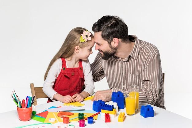 父と娘が一緒に教育的なゲームをプレイ
