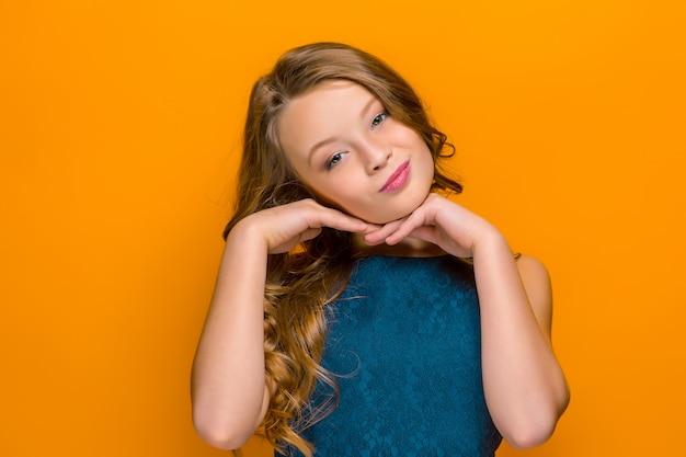 Лицо игривой счастливой девочки-подростка