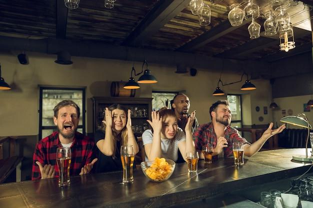 チャンピオンシップ、競争が起こっている間、スポーツファンはバー、パブで応援し、ビールを飲みます