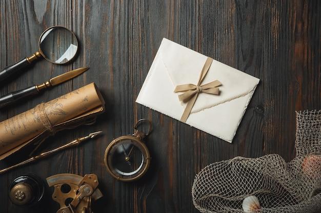 暗い木製のテーブルにアクセサリーを書く文字で昔ながらのフラットレイアウト
