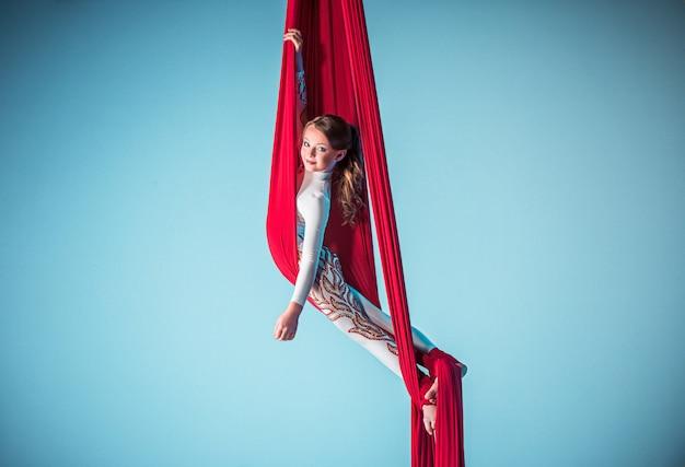 空中運動を行う優雅な体操選手