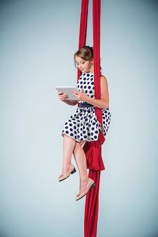 Изящная гимнастка сидит с ноутбуком