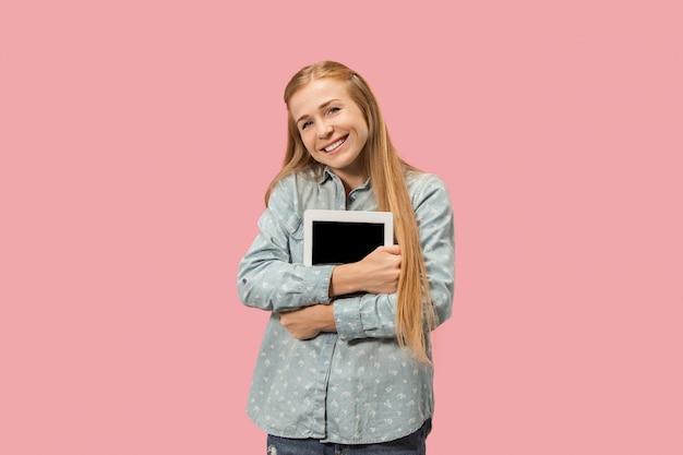 ピンクに赤いノートパソコンで幸せな実業家