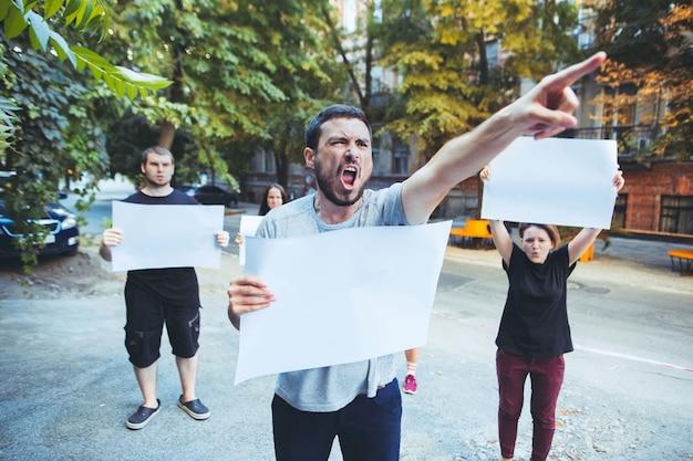 屋外で抗議している若者のグループ