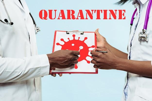 コロナウイルスの感染拡大の阻止について話し合う医師