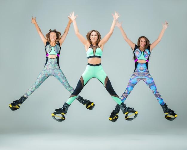 Группа девушек, прыгающих на тренировке