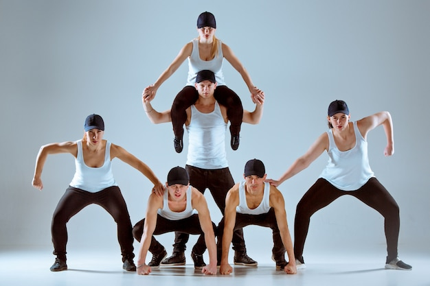 ヒップホップの振り付けを踊る男女のグループ