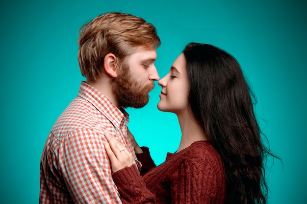 Молодой мужчина и женщина целуются