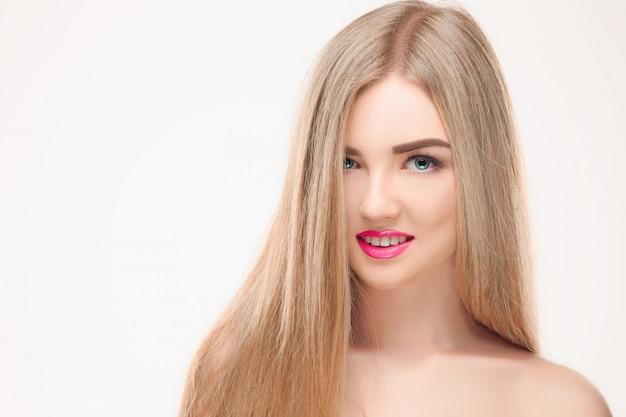 美しいブロンドの女の子。健康な長い髪。