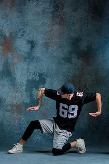 若い男が壁にブレイクダンス