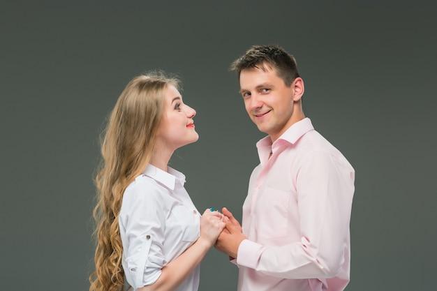 立っている若いカップルの肖像画